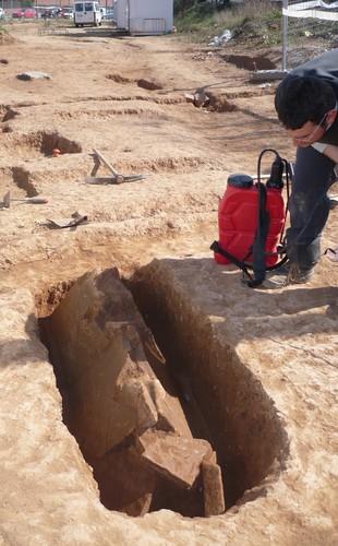 Dalt, una fossa simple i a la dreta, enterrament amb caixa de teules. A baix a l'esquerra, forn domèstic.  Foto: E.A.