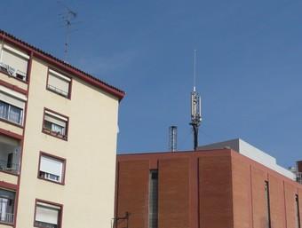 Una imatge d'ahir de l'antena de telefonia mòbil situada al Camí del Mig de Mataró./  Foto:LL.M