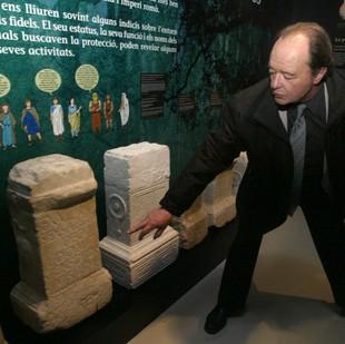 El representant del museu de Tolosa de Llenguadoc mostra les ares votives.   Foto: JUDIT FERNÀNDEZ.