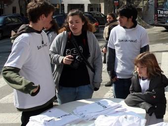 Joves de Vallvidrera venent ahir les samarretes reivindicatives.  Foto:O.D