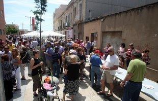 Desenes de persones van sortir ahir a estrenar la nova riera Sant  Jordi de Montgat.  Foto: ORIOL DURAN.