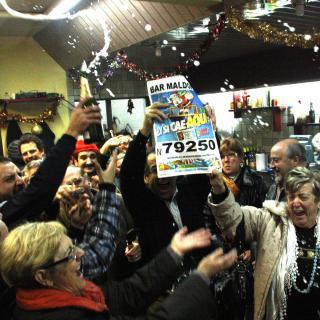 Clients del bar Maldonado de Pallejà, celebren la grossa
