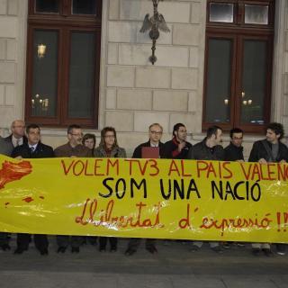 Manifestació convocada per Òmnium Cultural i el casal Despertaferro a la plaça Mercadal de Reus