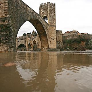 El Fluvià molt crescut a Besalú