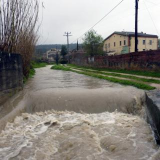 La riera Serinyadell al seu pas pel nucli de Serinyà, molt plena per les pluges