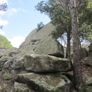 Rocs de Sant Magí. Es tracta d´un jaciment neolític de 4.000 anys d'ant...iguitat i que està format per grans blocs granítics que constitueixen petites coves i passadissos.