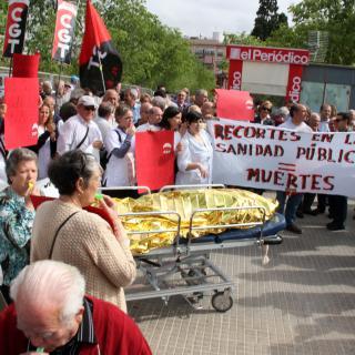 Usuaris i professionals de l'hospital de Viladecans protesten contra les retallades a la sanitat pública