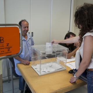 Una dona diposita el seu vot en un col·legi electoral a Martorell