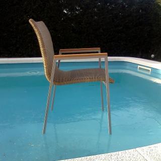 Una cadira sobre una piscina totalment glaçada a Sant Julià de Ramis
