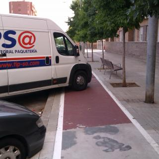 Vehicle aparcat en mig del carril bici. Grans carrils bicis...