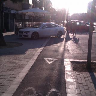 Carril bici urbà com a parcament de cotxes.