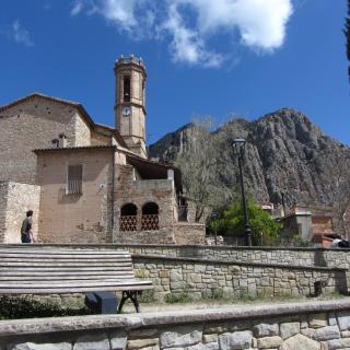 Vista de l'església i Montserrat al fons