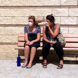 Dues veïnes desallotjades a la Jonquera, amb mascaretes al pavelló municipal
