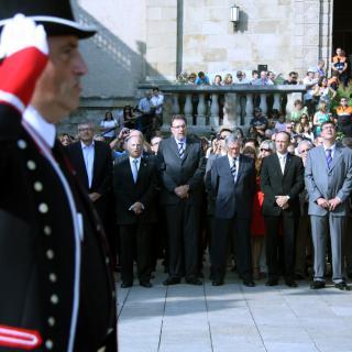 L'alcalde de Sant Boi, Jaume Bosch (PSC), el conseller de Benestar, Josep Lluís Cleries, l'alcalde de Barcelona, Xavier Trias, i el director de la Policia, Manel Prat (Ciu), entre d'altres, escolten el 'Cant de la Senyera' aquest matí a les portes de l'església de Sant Boi de Llobregat, abans de l'ofrena a la tomba de Rafael Casanova.