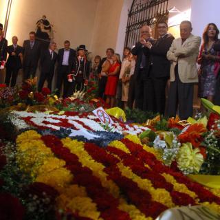 L'estelada de flors que ha ofert l'ANC a la tomba de Rafael Casanova, aquest matí, a l'església de Sant Boi de Llobregat.
