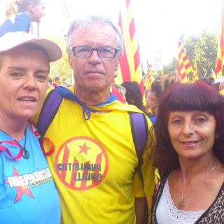 el meu home,jo i una amiga(dreta)que va néixer a Salamanca,va viure molts anys a Madrid i ens va preguntar el xquè de la mani.Li vam explicar i va voler venir sens falta.Es va emocionar molt