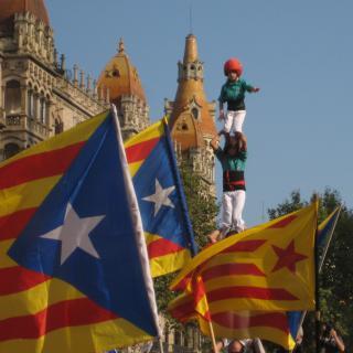 Amunt i endavant ! Castellers a la cruilla Passeig de Gràcia / Gran Via ( Barcelona )