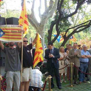 Un dels membres de l'ANC-Mollet del Vallès, en el moment que la secció local feia l'ofrena floral al Monument Rafael Casanova (Mollet), mostra a tots els assistents de l'acte (van participar més de 90 entitats i associacions) la portada del Punt Avui del dia de la Diada. Espectacular portada !!!
