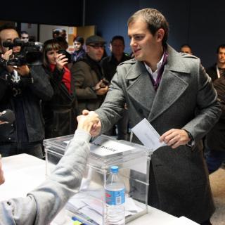 El candidat de Ciutadans a la presidència de la Generalitat, Albert Rivera, exerceix el seu dret a vot a la biblioteca de la Garriga