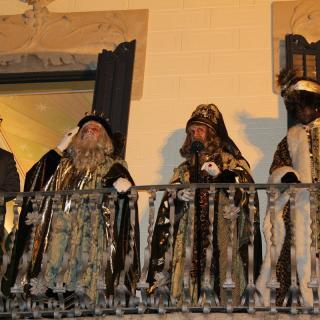 Melcior, Gaspar i Baltasar aquest dissabte al balcó de l'Ajuntament de Roses