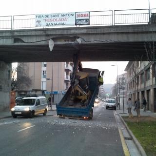 accident d'un camió en un pont d'olot