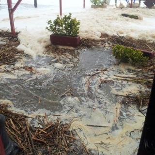 Inundacions al passeig marítim de Platja d'Aro, inundat anegat d'aigua i restes d'alguesEL PUNT/EL PUNT