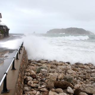 Grans onades i mala mar a la platja de l'Estartit