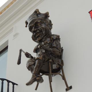 figura del mastegamoscas instal · lada a la façana de l'ajuntament vell de Calella (Maresme)