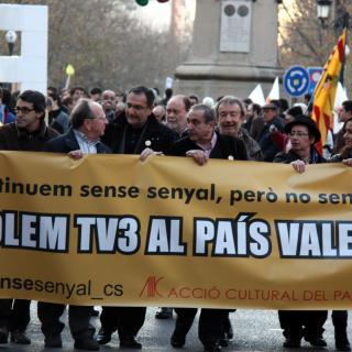 Manifestació multitudinària exigint la restauració de TV· per al País Valencià.