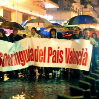 Manifestació sota la pluja per demanar el manteniment de l'avinguda del País Valencià.