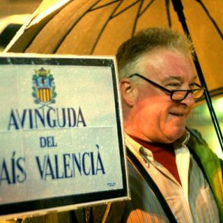Assistent a la manifestació en favor del manteniment del nom de País Valencià per a l'avinguda.
