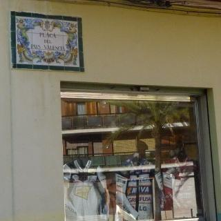 Rètol que anomena la plaça del País Valencià a l'Honorable poble de Picanya.
