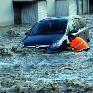 Alguns vehicles han quedat atrapats per l'aigua a Vielha