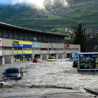 L'aigua del Garona ha arribat fins a locals comercials de Vielha