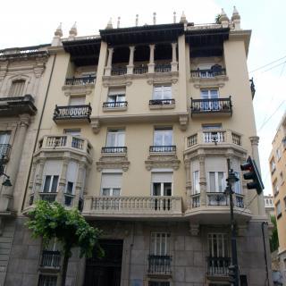Façana d'estil modernista d'una finca de l'avinguda del País Valencià