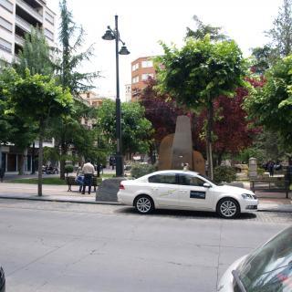 Jardinets existents en un raconet de l'avinguda del País Valencià de la capital de la comarca de l'Alcoià.