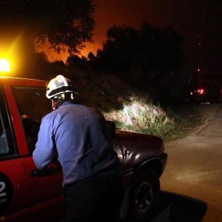 Efectius dels Bombers treballen a prop de la lína de foc, aquesta nit al Baix Empordà