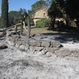 Les flames han encerclat el Mas Perdut de Foixà i s'han quedat a tocar de la casa