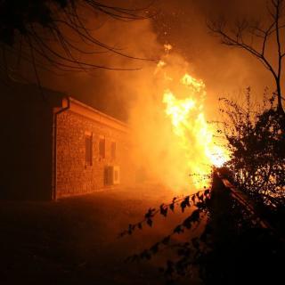 Els bombers treballen per apagar el foc en una casa a la població de Foixà