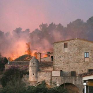 Foc prop d'una casa al poble de Foixà