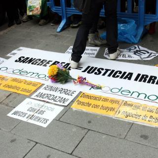 Diverses pancartes a favor de la república i en contra de la corrupció