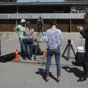 Gran expectació dels mitjans de comunicació a l'exterior del Palau de la Zarzuela, on el rei Joan Carles anuncia la seva abdicación en un missatge televisat als espanyols