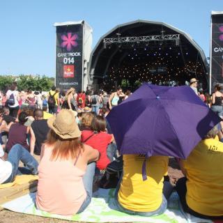 El públic més matiner de Canet Rock, esperant l'inici del festival sota el sol