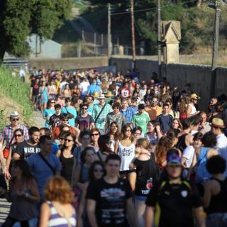 Una llarga filera de gent dirigint-se cap a l'esplanada del Canet Rock