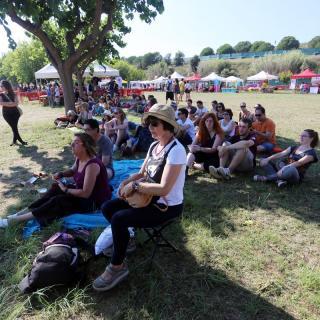 Assistents refugiant-se del sol a primera hora al Canet Rock 2014