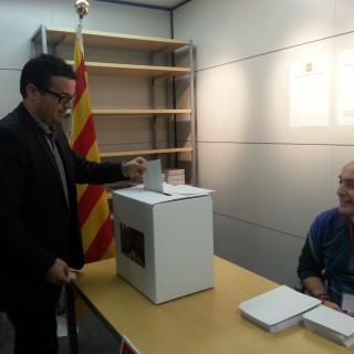 L'alcalde de Puigdàlber, David Masdéu (Alt Penedès) ha votat des de Tòquio