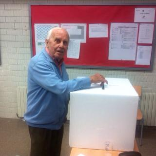 Isidre Villarejo votant a Tona.