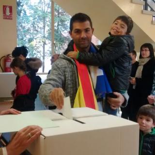 Josep Arrabal vota amb el seu fill Guillem