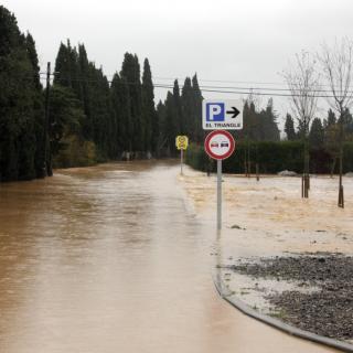 Moltes carreteres s'han convertit en rieres, com aquesta a tocar de Vilabertran