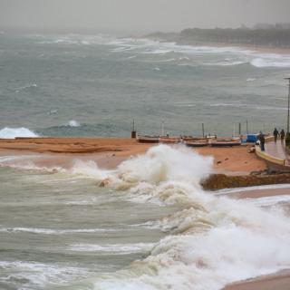 Aspecte del passeig del mar de Blanes amb les onades a causa del vent i la llevantada
